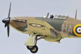 Eine noch flugtüchtige Hawker Hurricane bei der Landung.